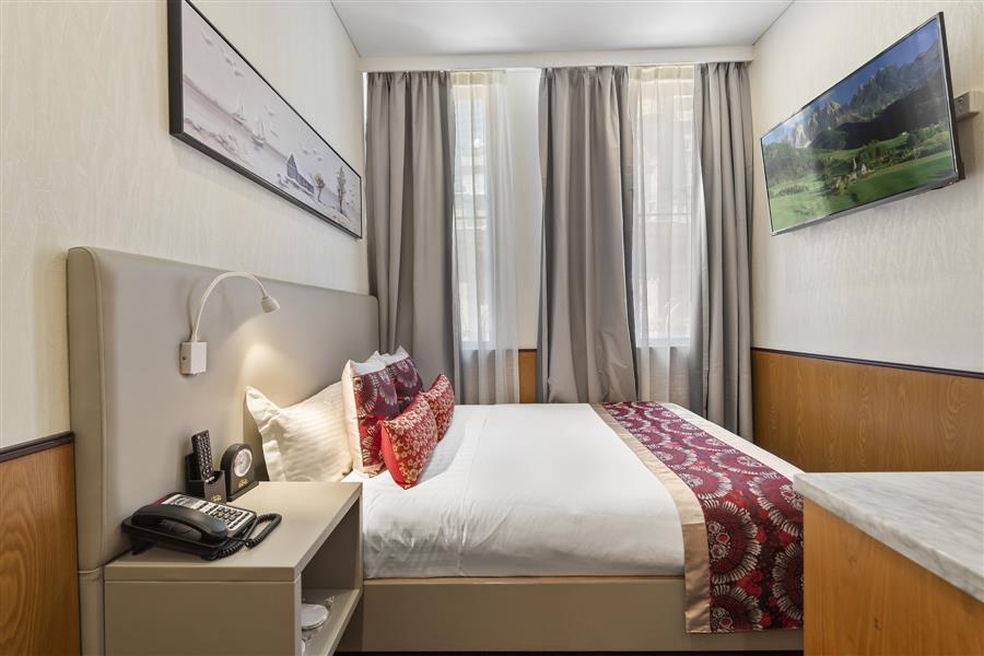 Standard queen room_20191106-01312780.jpg